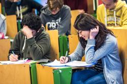 leerlingen zijn aan het schrijven