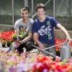 2 jongens poseren tussen de plantjes met gieter en spade