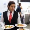 leerling serveert eten tijdens aan tafel met gekkoo