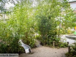 Natuurspeelplaats met glijbaan