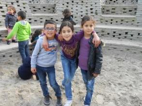 Mohamed, Houda en Fatima op de nieuwe speelplaats van de Piramide