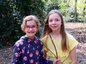 Saar en Renske, leerlingen van Stedelijke Basisschool De Kolibrie