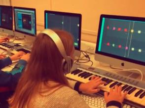 leerling muziekproductie aan Academie Ekeren