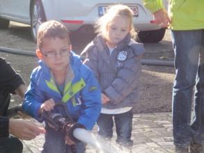 2 kindjes van Stedelijke Kleuterschool De Schroef zijn op bezoek bij de Brandweer
