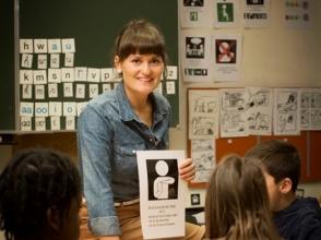 Leerkracht voor de klas met pictogrammen