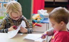 Leerlingen van het Stedelijk Buitegenwoon Lager Onderwijs knippen en plakken