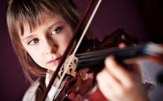 Leerling speelt viool