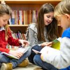 Leerlingen lezen boeken in Stedelijk basisschool De Evenaar