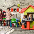 Leerlingen van Stedelijke Kleuterschool De Toverboom op de speelplaats