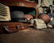 foto met oude spullen zoals hoed en telefoon