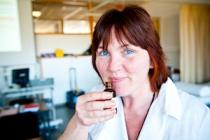 Encora Beauty - cursiste die werkt met aromatische oliën