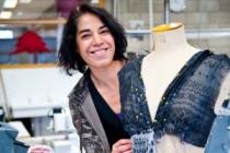 Realisaties dameskleding - een cursiste creëert een eigen jurk in het naaiatelier