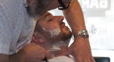Barbier scheert een klant