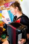 Juf Cecile speelt accordeon in kleuterschool De Schroef