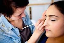 cursist brengt make-up aan