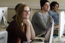 drie cursisten webontwikkelaar achter hun computerscherm