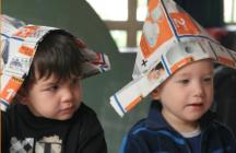 kinderen met papieren hoedje