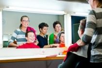 Encora beauty - cursisten kiezen kleurendoeken uit om een kleuranalyse uit te voeren op elkaar
