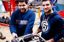 cursiten werken aan vrachtwagenmotor