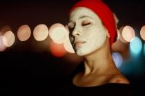 gezicht met masker van gezichtscreme