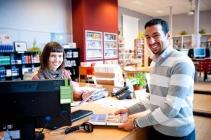 cursist en medewerker aan de balie van de bibliotheek