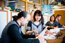 volwassenen op de schoolbank in klaslokaal