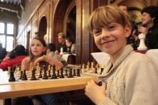kinderen schaken en lachen naar camera