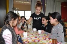leerling schenkt thee in bij leerlingen