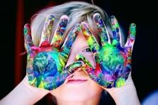 kind met gekleurde handen. foto: pexels - Sharon McCutcheon