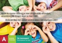kinderen liggen in rondje en maken verrekijker met handen voor ogen