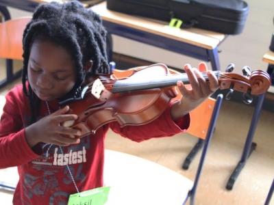 jongetje speelt viool