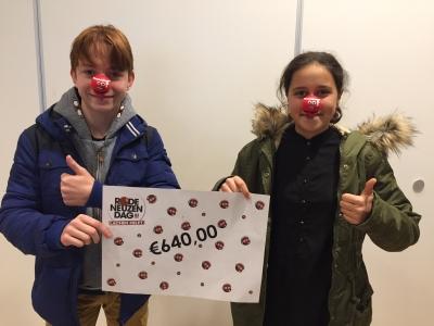 Twee leerlingen met cheque rode neuzen