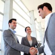 Twee zakenmensen schudden elkaar de hand.