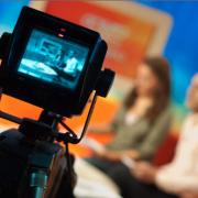 Een cameraman filmt een tv-programma.
