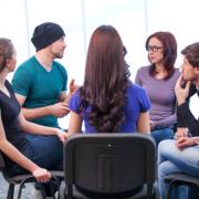 Een groepje mensen praat met elkaar.