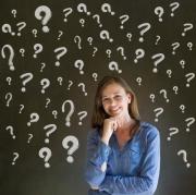 Een meisje stelt zich vragen.