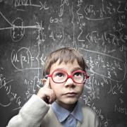 Een jongen denkt na over een wiskundig vraagstuk.