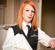 Een meisje werkt in een restaurant.