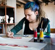 Een meisje schildert.