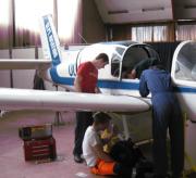 Twee jongens onderhouden een vliegtuig.